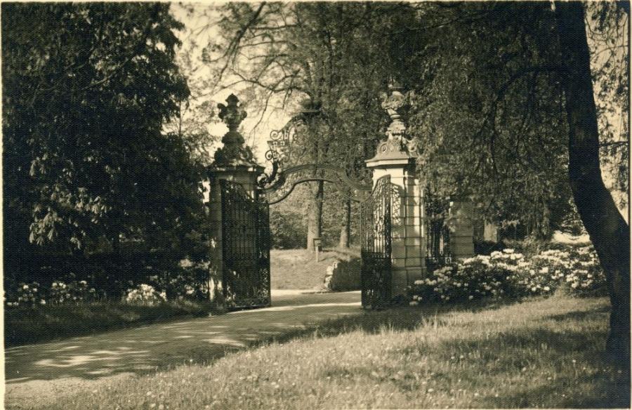 Ворота в парке, замок Ксенж, Польша