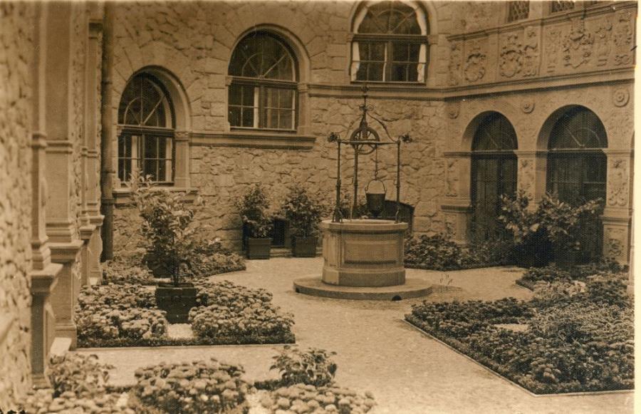 Черный двор с колодцем, замок Ксенж