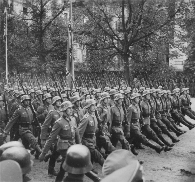 Марш немцев по улицам оккупированной Варшавы