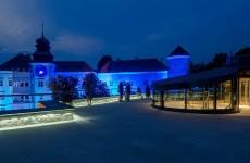 Замок Пескова Скала в ночное время