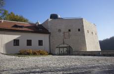Территория замка Пескова Скала в Польше