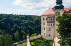 Вид на замок Пескова Скала в Польше