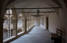 Арочный двор замка Пескова Скала