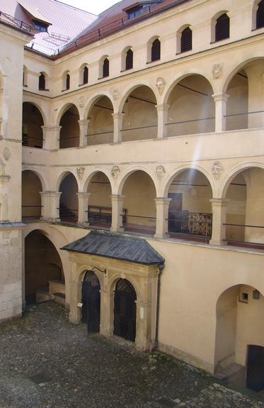 Арочный двор как в Вавельском замке, замок Пескова Скала, Польша