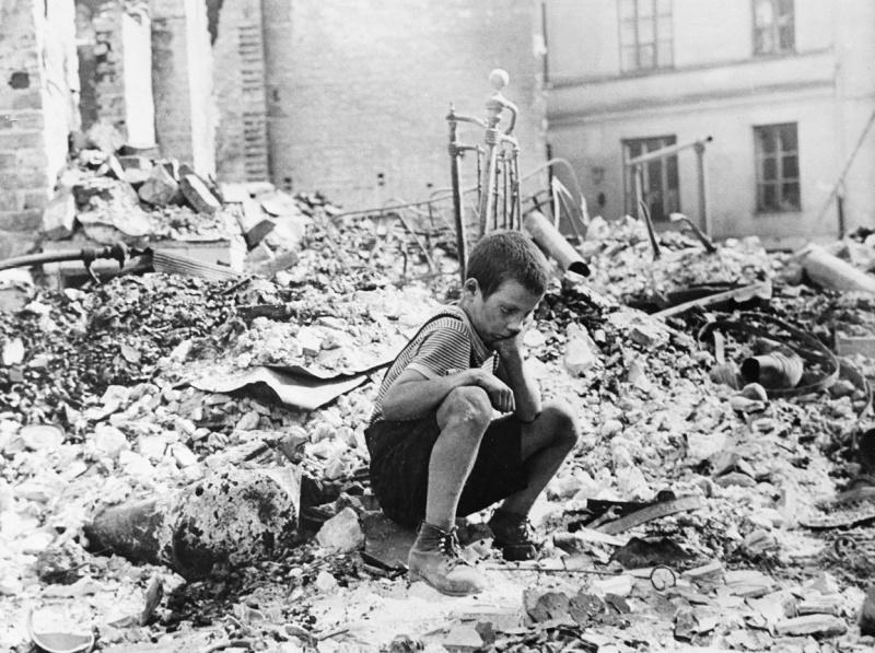 Польский мальчик на руинах своего дома