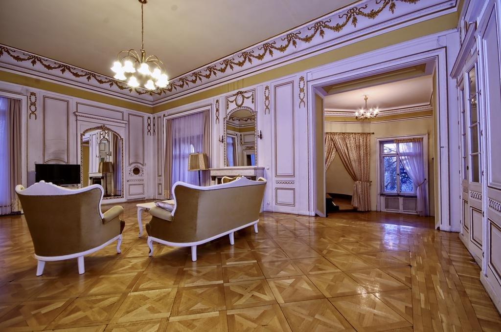 Интерьер номера замка-отеля в Мошне