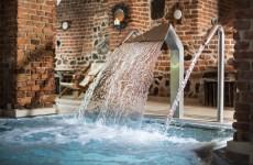 Замок Рын в Польше: бассейн в подземелье