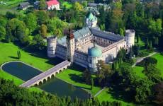 Замок в Красичне с высоты птичьего полета