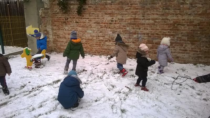 Зимняя прогулка деток частного садика